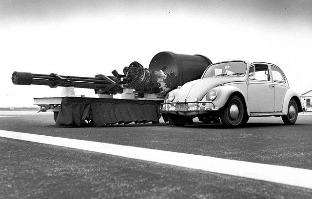 Die Kanone, als Größenvergleich ein VW Käfer, File id 051128-F-1234P-005.jpg, Gemeinfrei