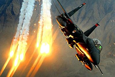 F-15E beim Ausstoß von Flares über Afghanistan